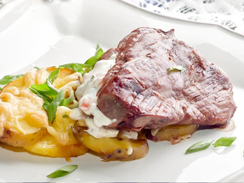 Телятина со сливочным сыром, томатами и печеным картофелем