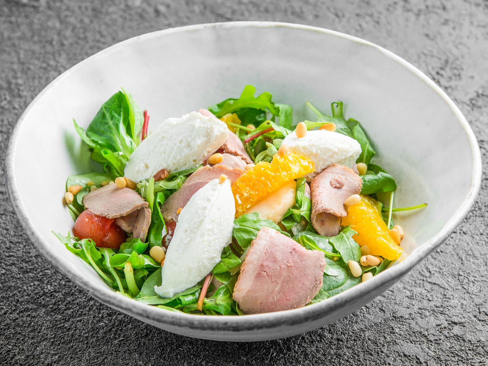 Салат с подкопченной уткой, апельсином и рикоттой