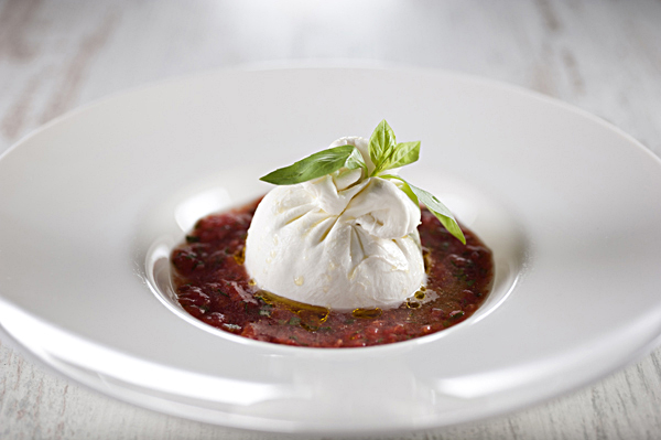 Салат Буррата с помидорной сальсой