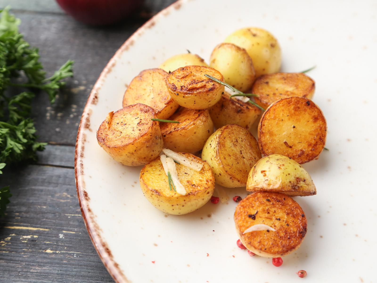 Картофель молодой с розмарином