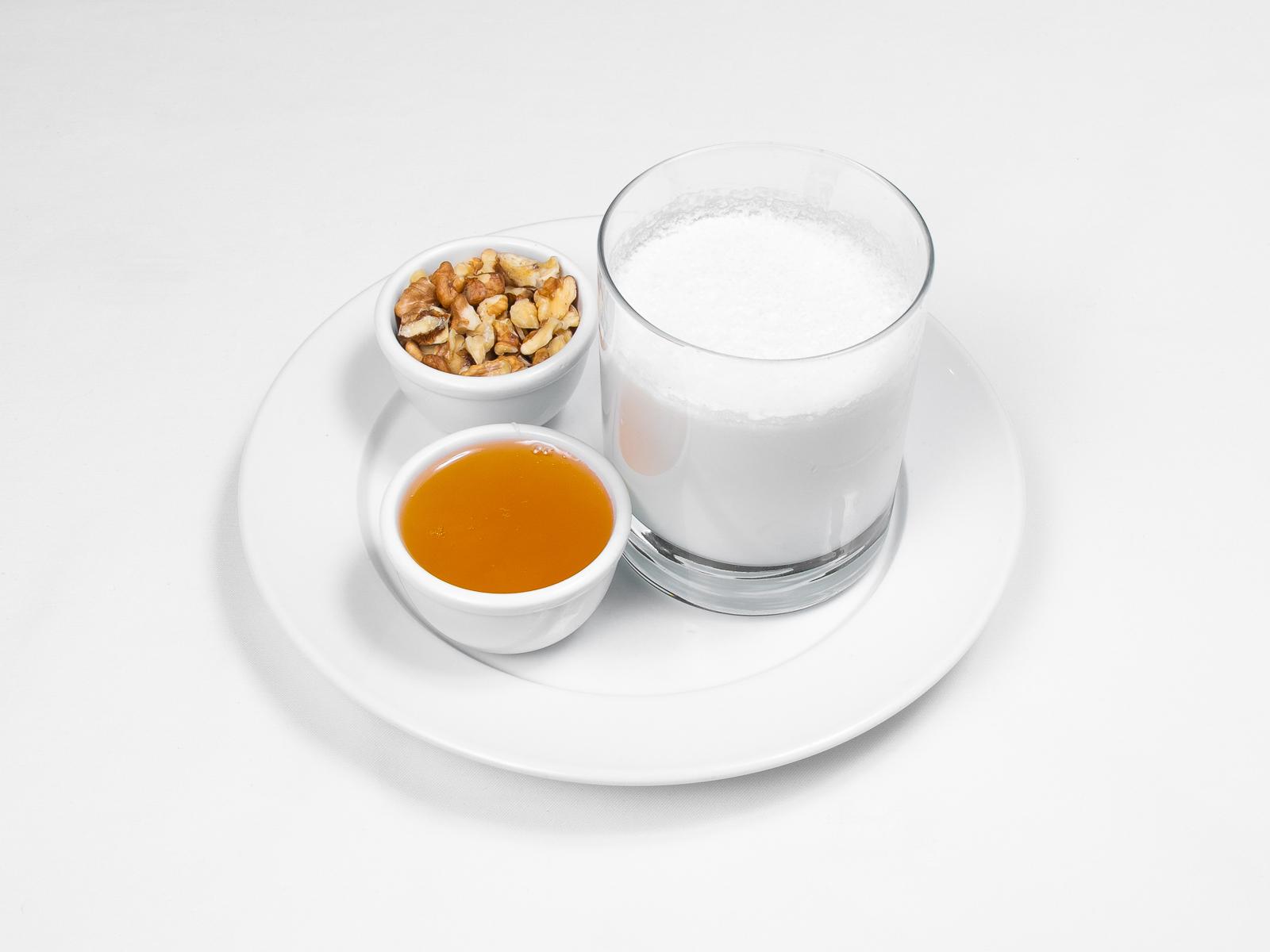 Мацони с медом и грецкими орехами