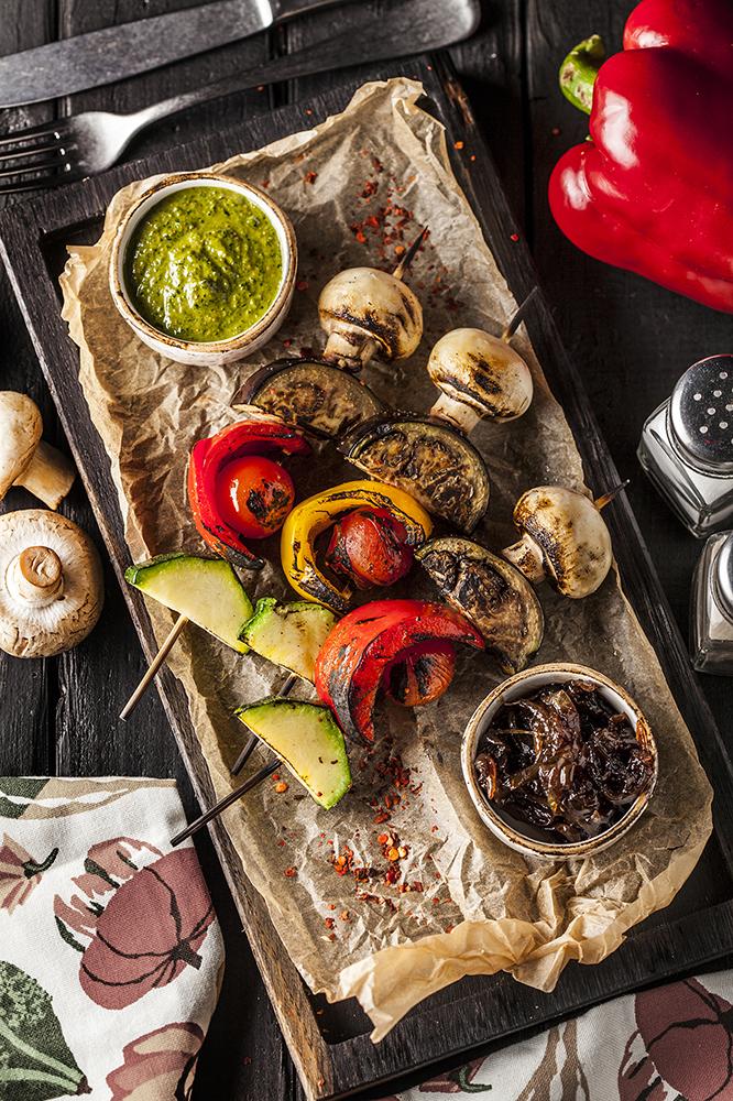 Шашлык из овощей с карамелизированным луком и соусом песто