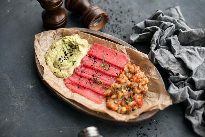 Филе тунца с запеченными овощами и домашним гуакамоле