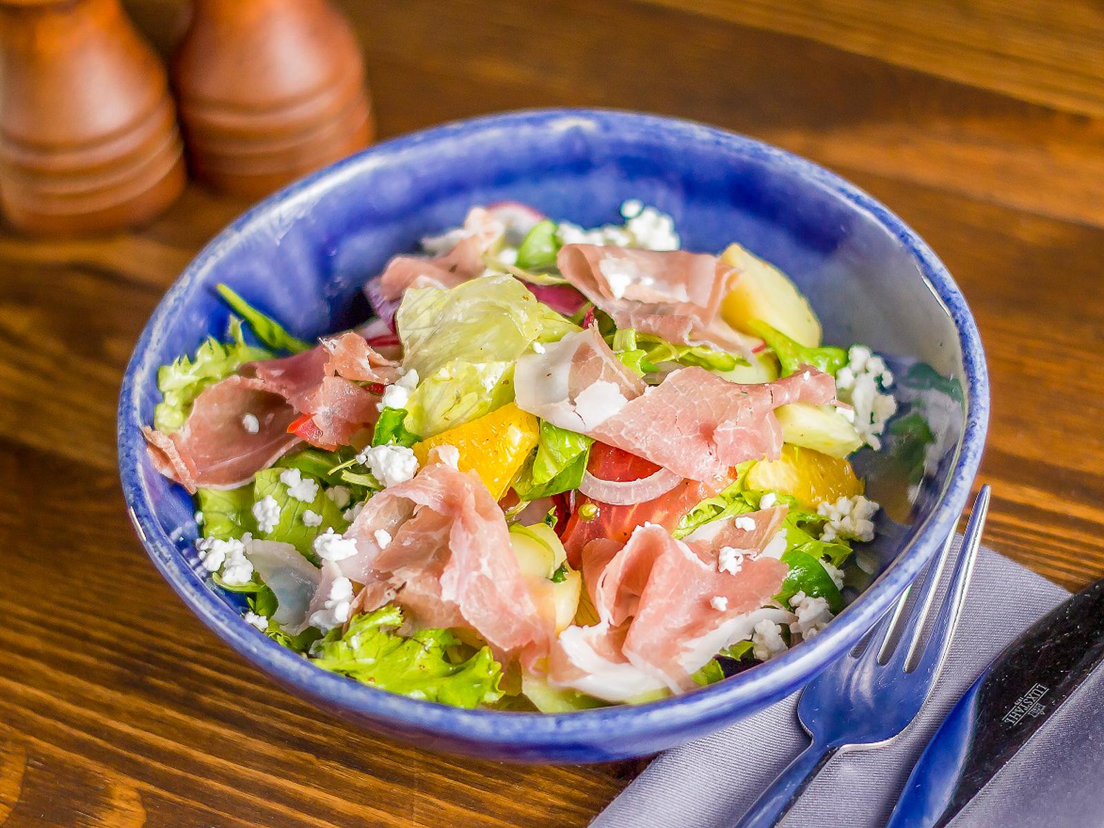 Салат с мини картофелем и прошутто