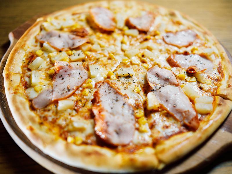 Пицца с куриной грудкой и ананасами