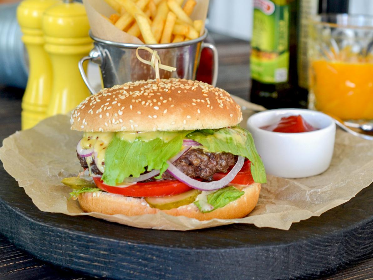 Чизбургер с говядиной и картофелем
