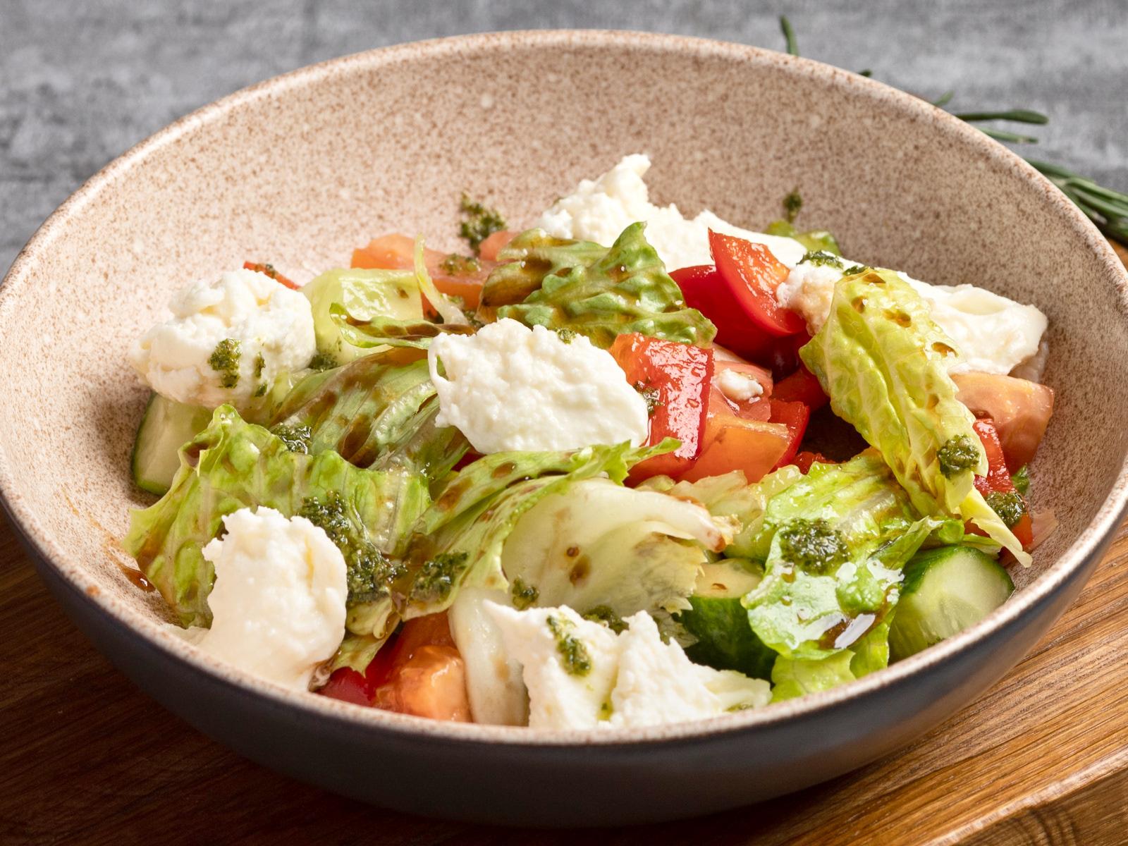 Легкий салат с моцареллой