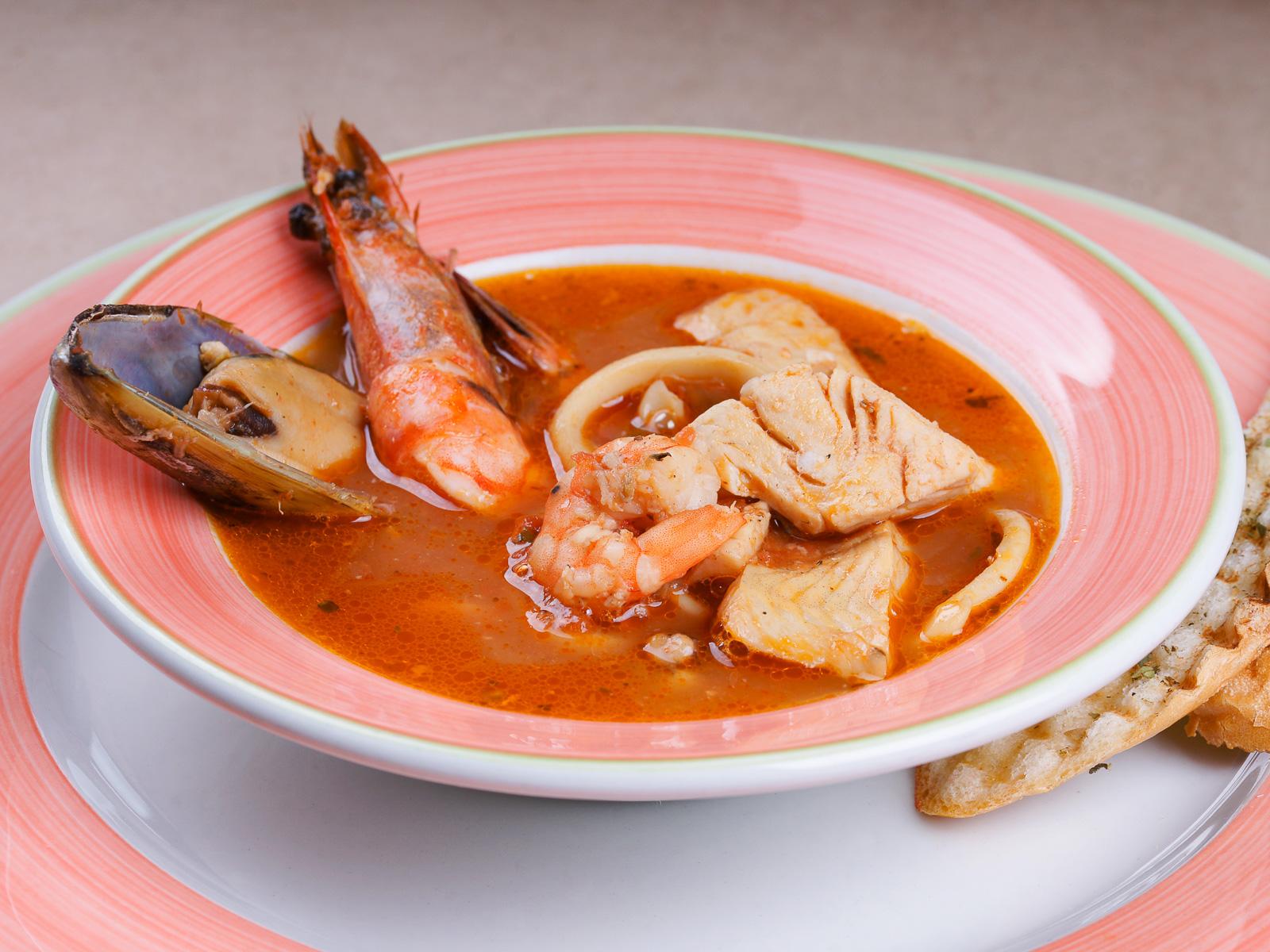 Морской суп с пряными гренками