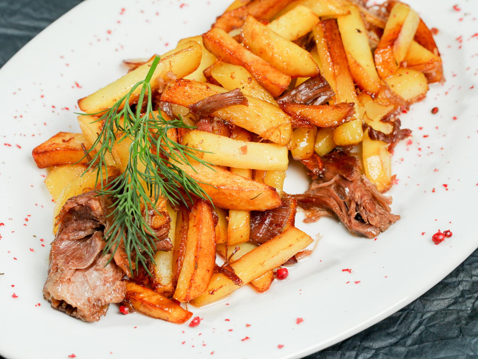 Жареный картофель с домашней тушенкой