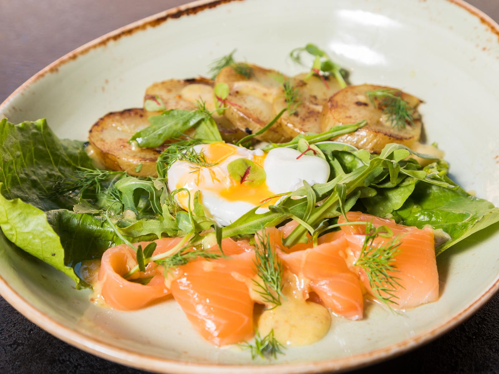 Теплый салат с лососем, яйцом пашот и зернистой горчицей