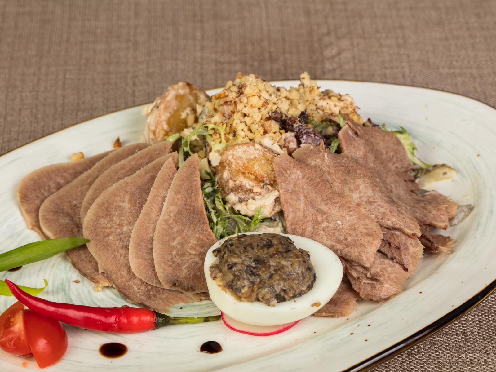 Салат с языком и печеным картофелем
