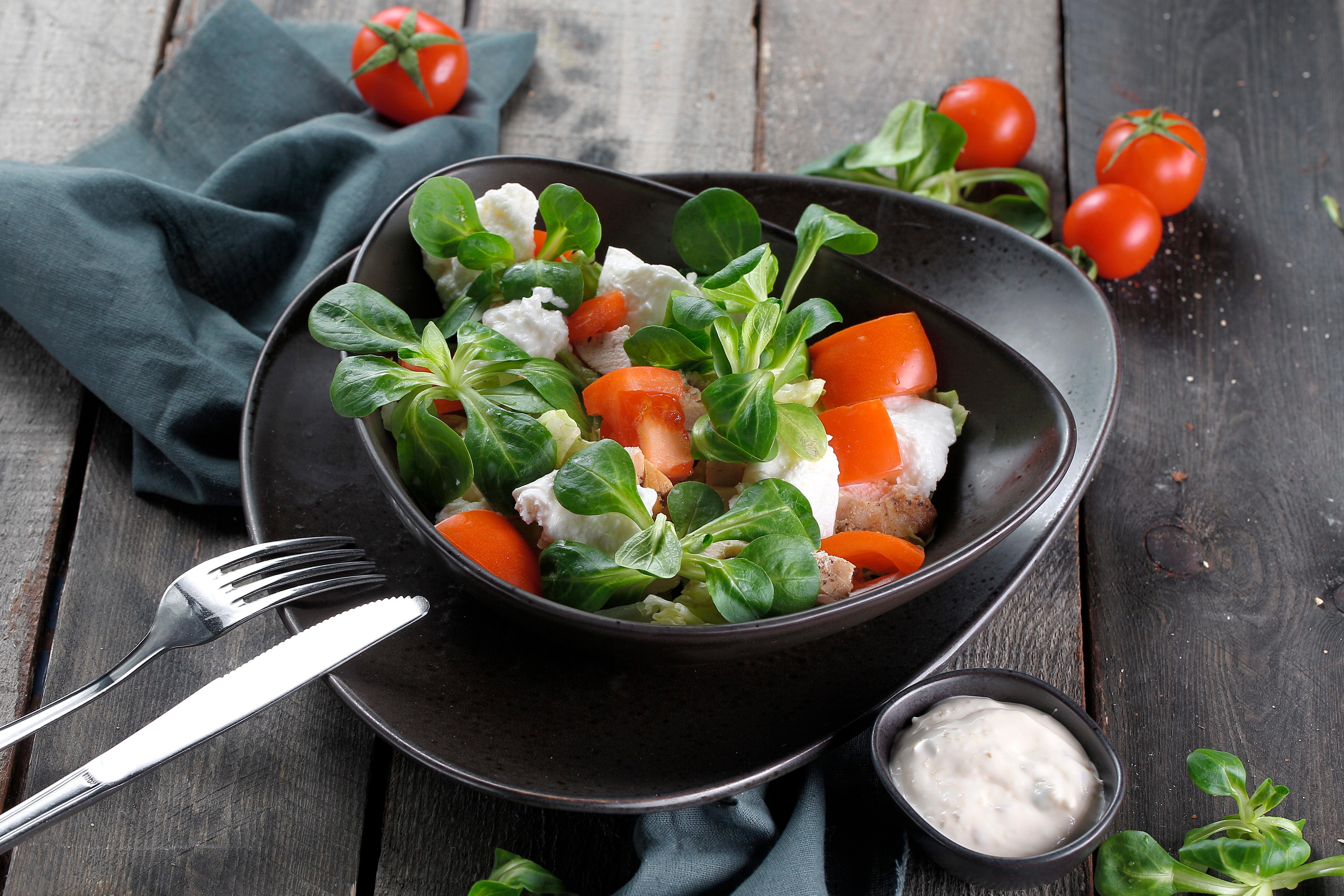 Салат с моцареллой и курицей