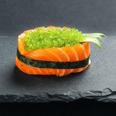 Гункан из лосося с зеленой тобико