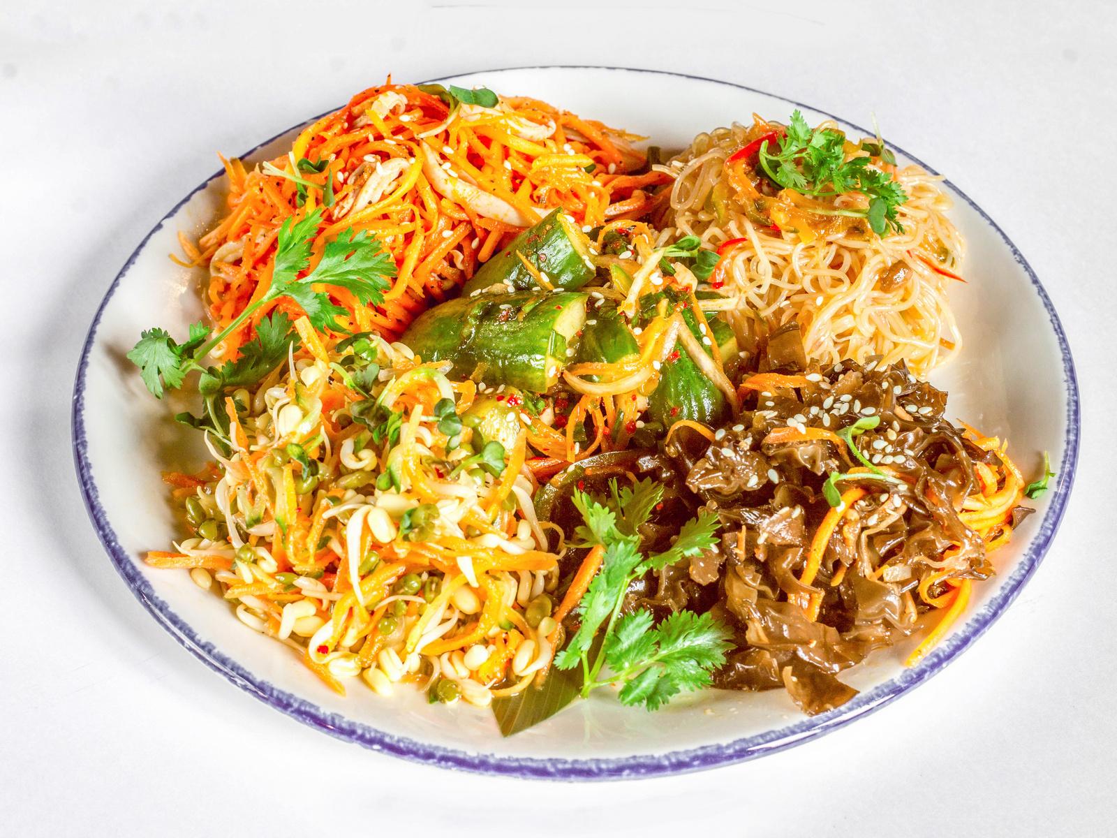 Ассорти азиатских закусок