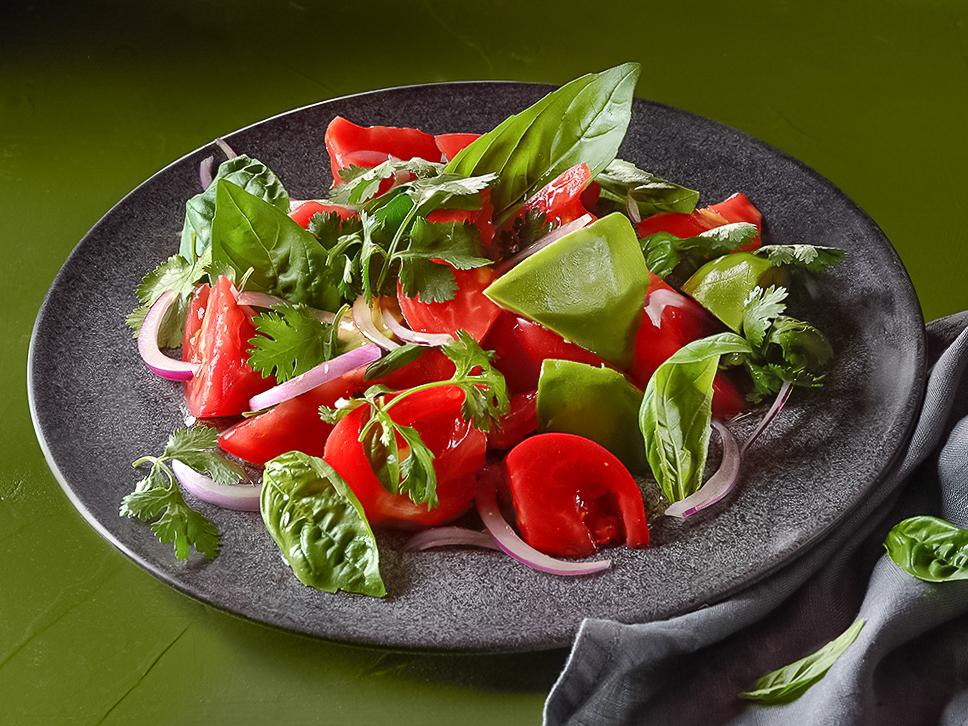 Салат с авокадо, помидором и луком красным