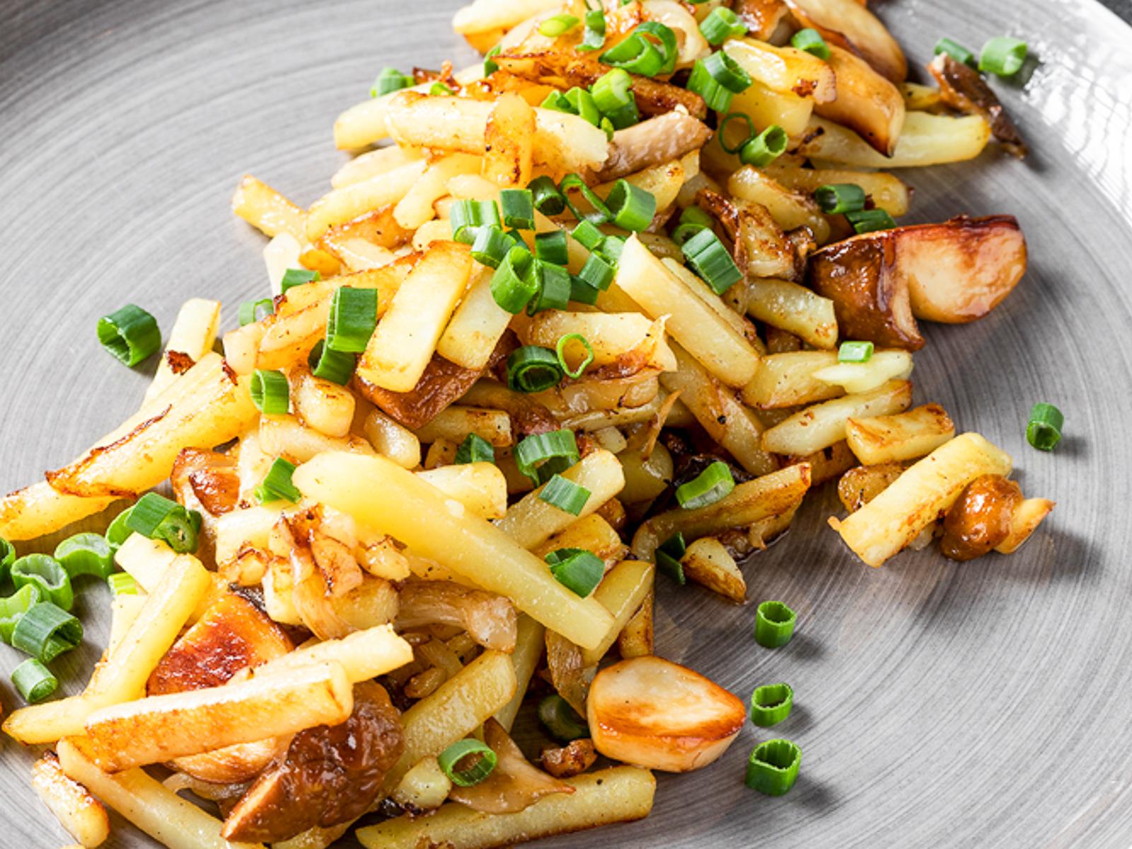 Жареный картофель с белыми грибами и зеленым луком