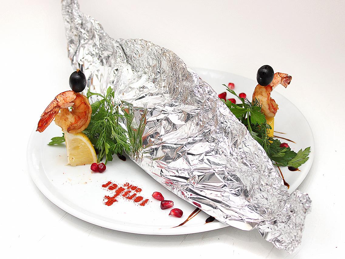 Дорадо, запеченное в фольге со спаржей и овощами