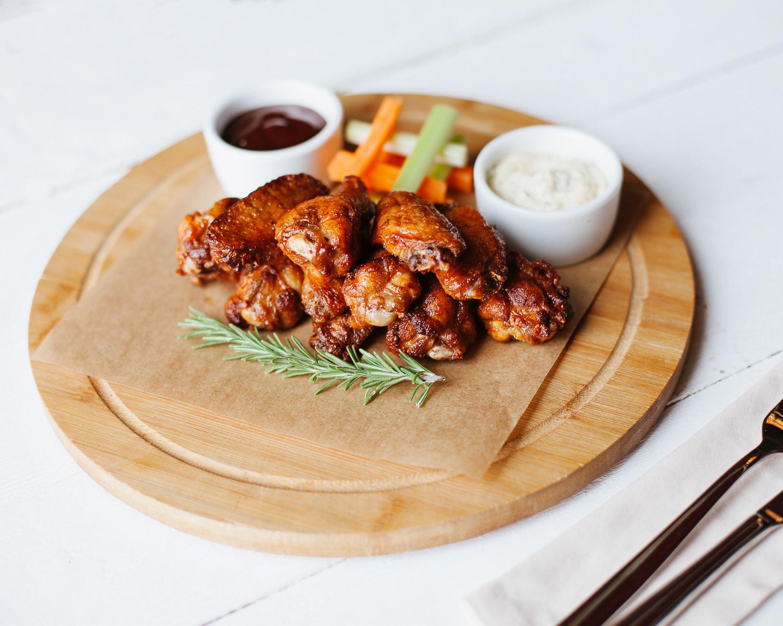 Куриные крылышки с барбекю и чесночным соусом