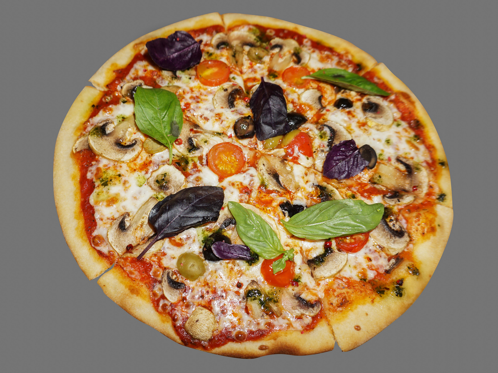 Пицца с грибами, томатами и маслинами