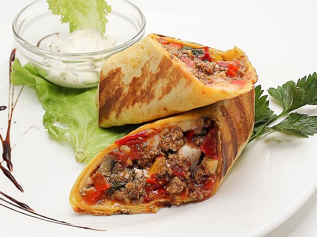 Рубленая говядина с овощами в сырном лаваше