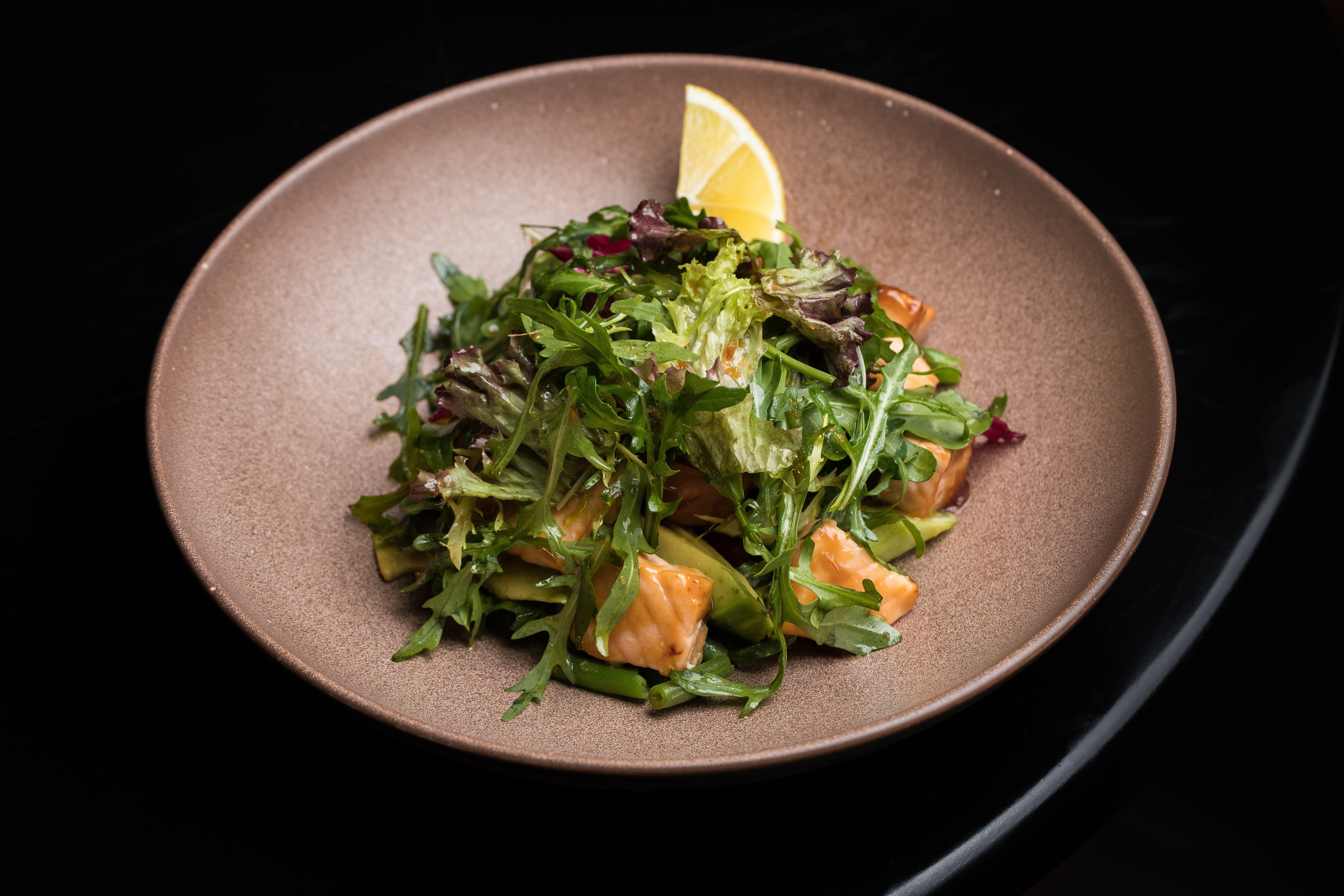 Теплый салат с лососем терияки и авокадо
