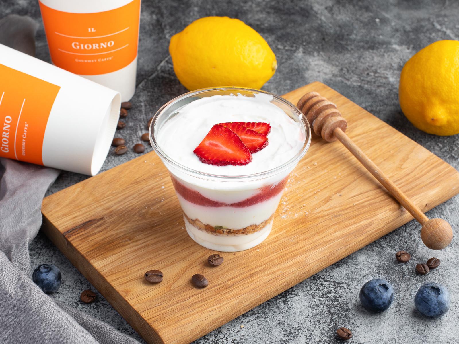 Йогурт с мюсли и клубникой