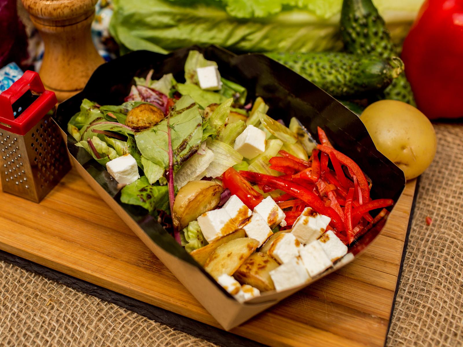 Салат греческий с печёным картофелем