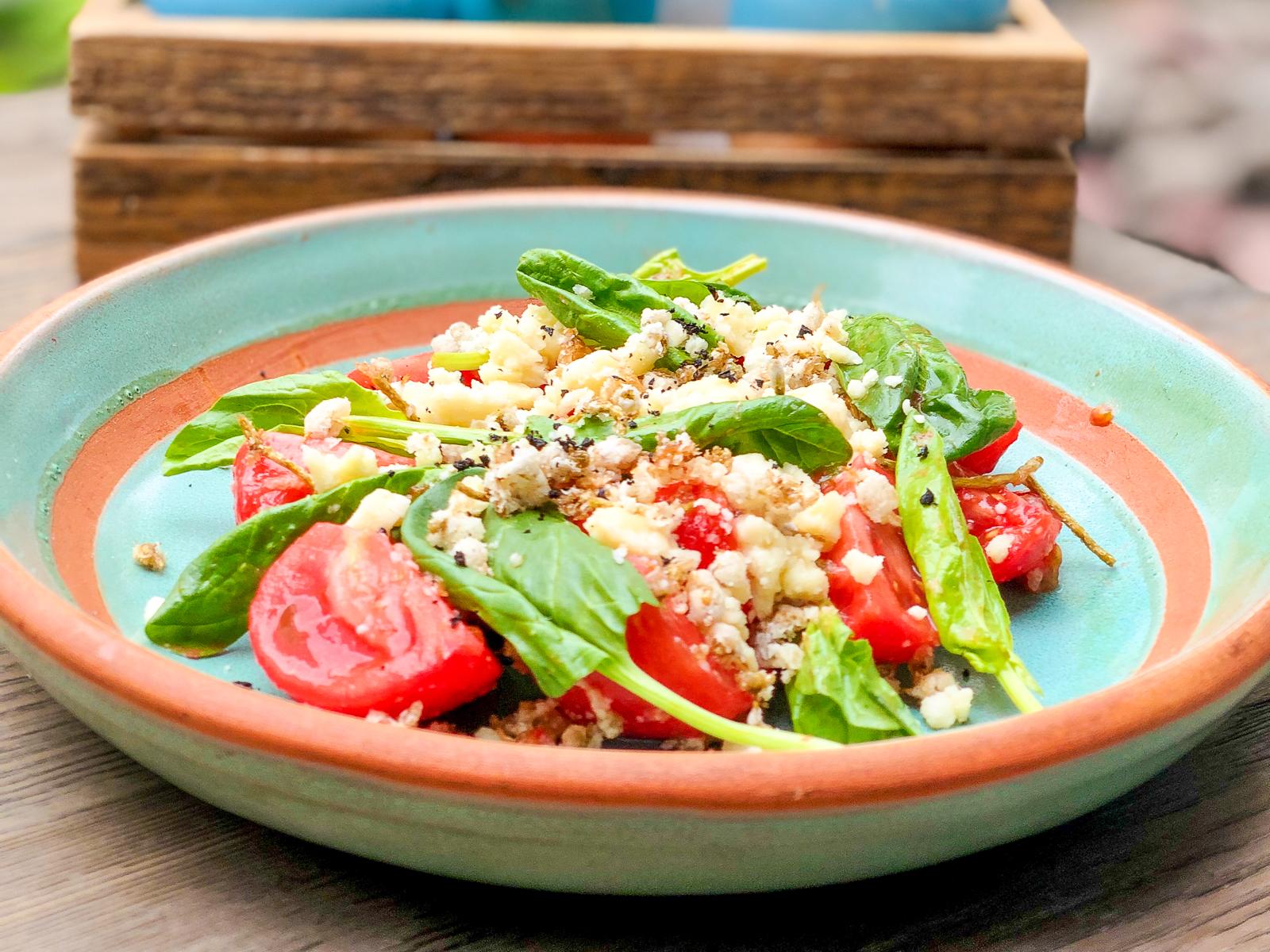 Салат из сладких томатов с сыром гуда