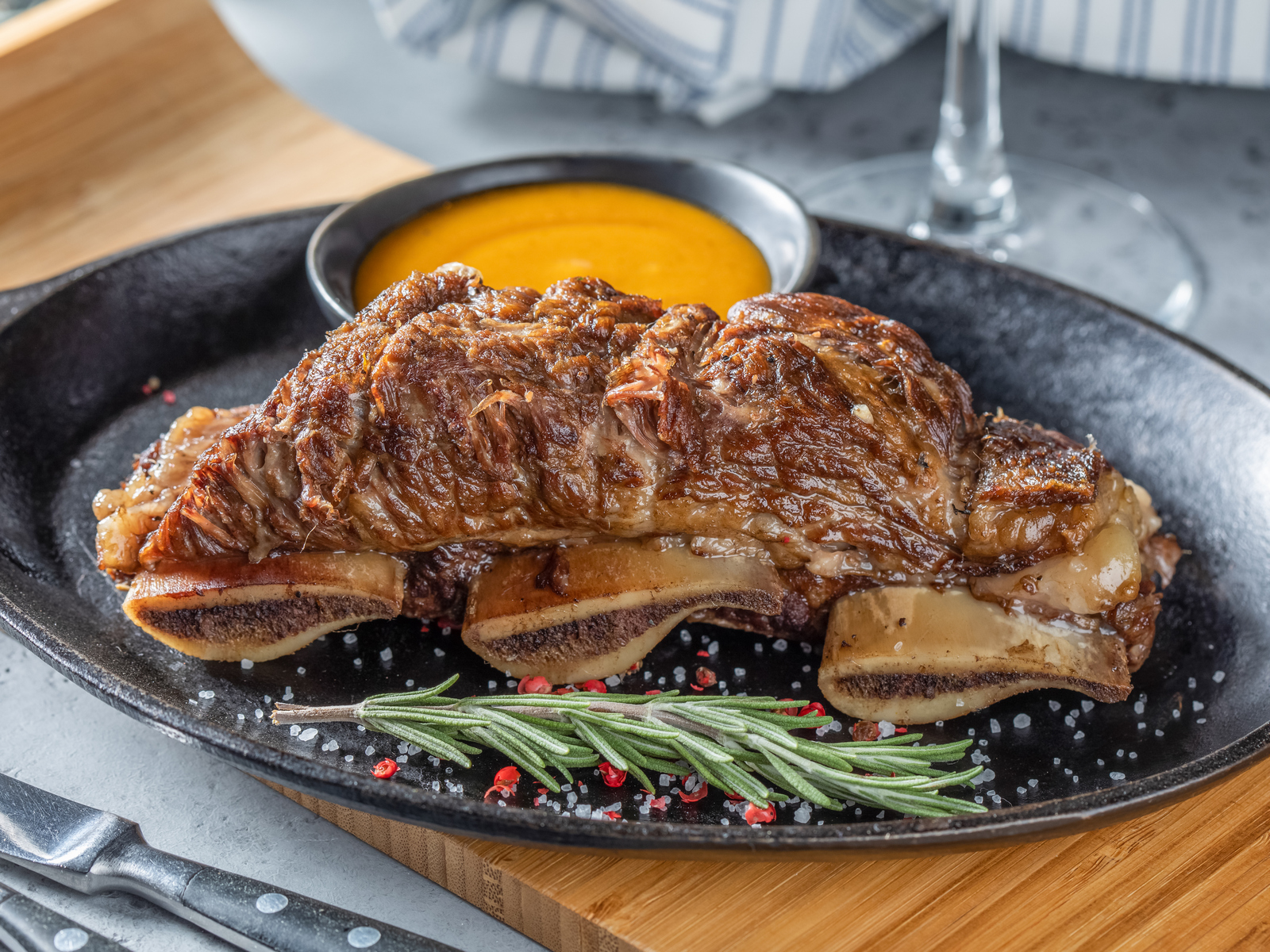 Говяжьи ребра томленые с мясным соусом