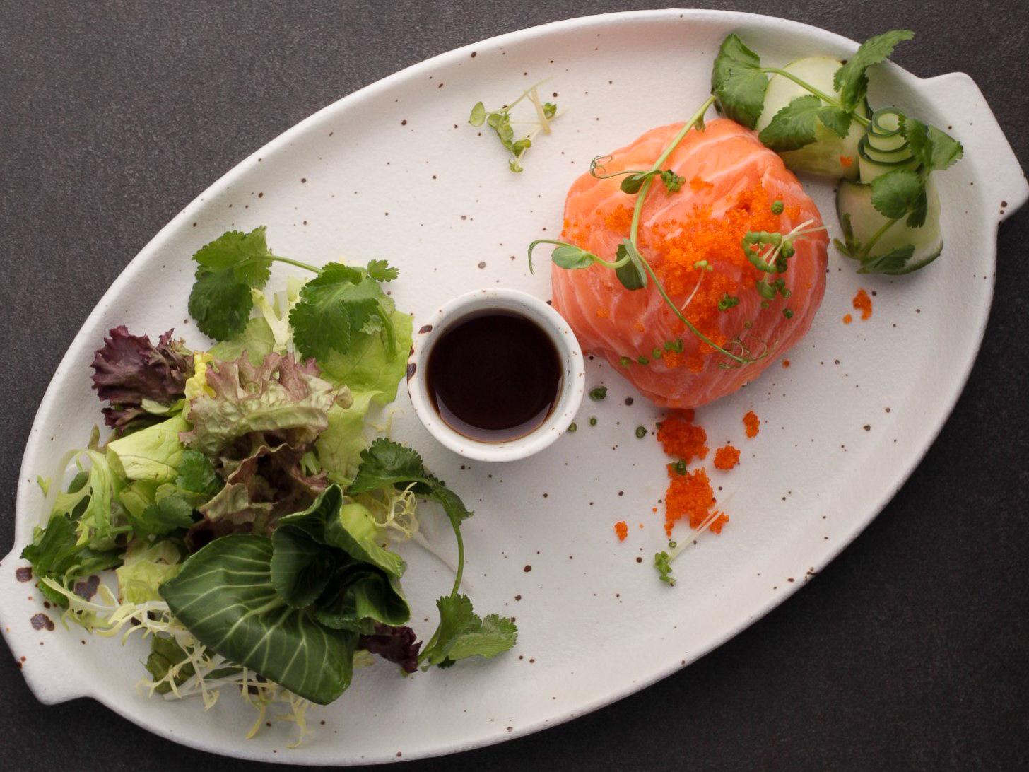 Салат с лососем и снежным крабом
