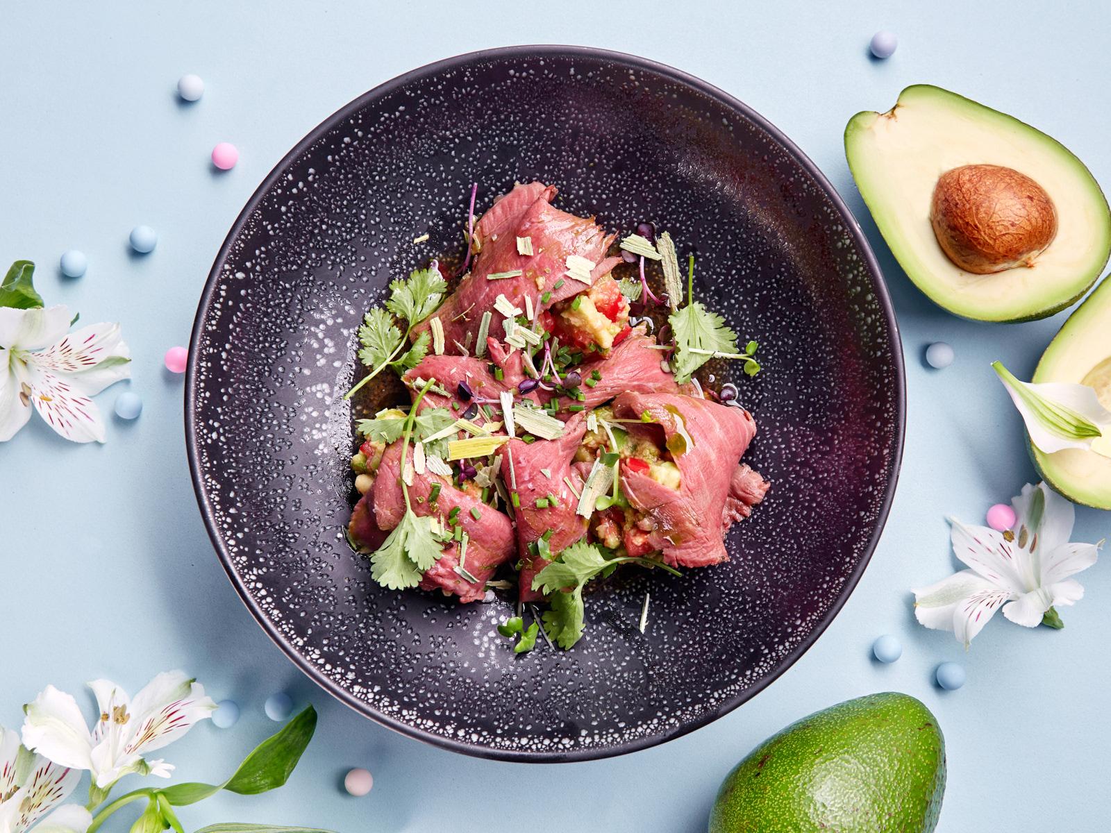 Ломтики говяжьей вырезки с авокадо