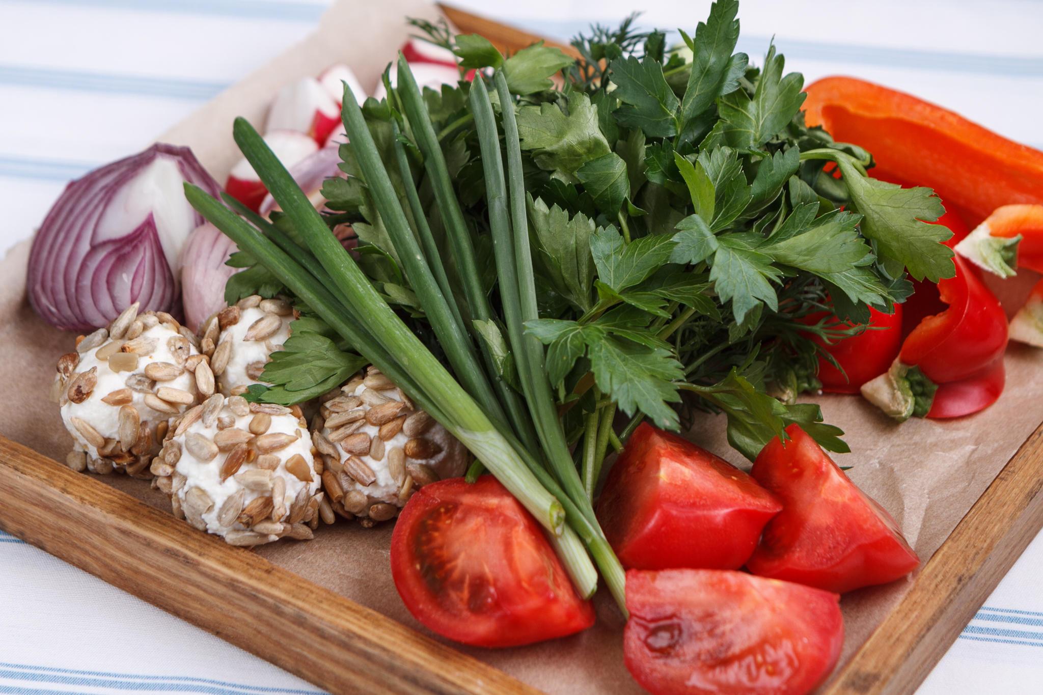 Свежая зелень с домашней брынзой и помидорами