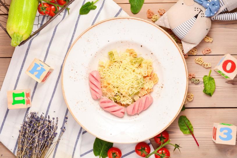 Цветные макарошки с сосисками