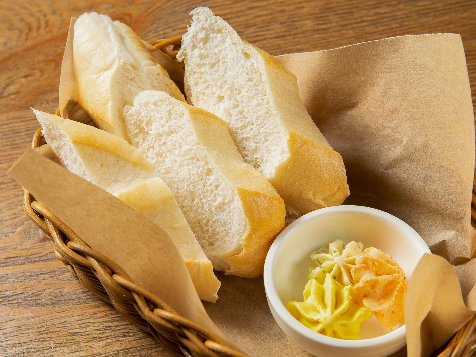 Хлебная корзина с домашним маслом