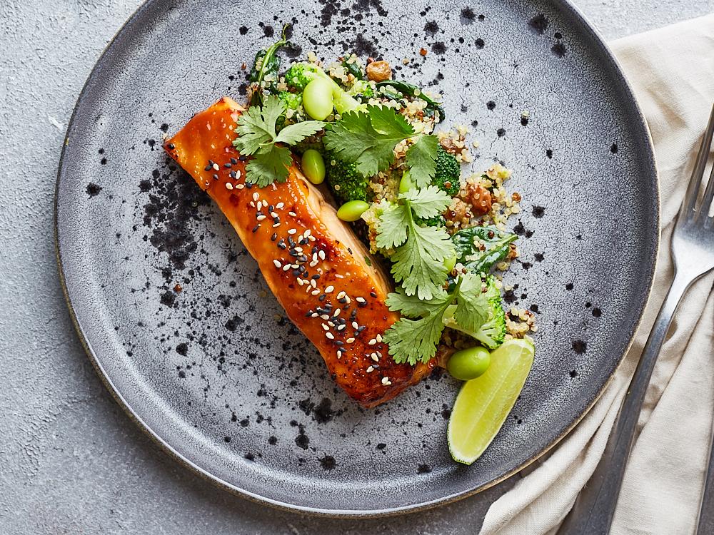 Запеченный лосось в Мисо с брокколи и шпинатом