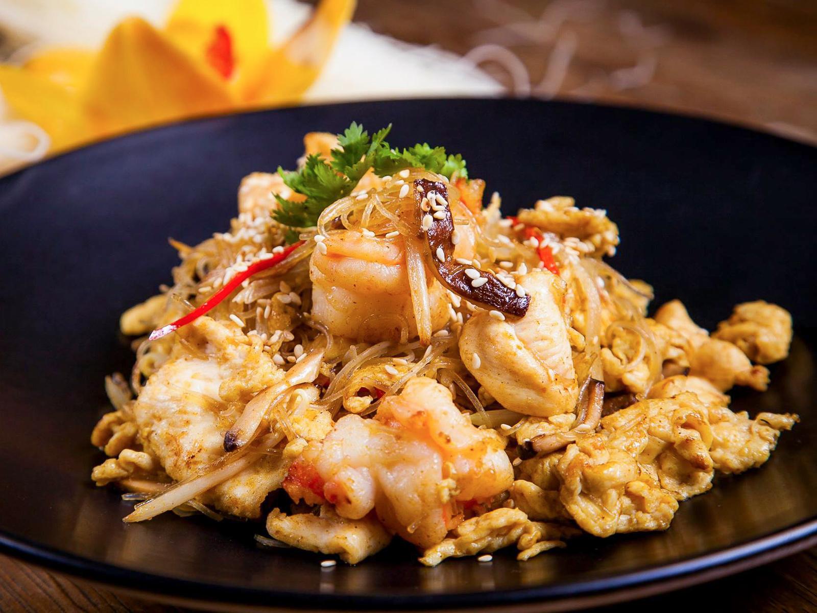 Лапша по-сингапурски с курицей и креветками