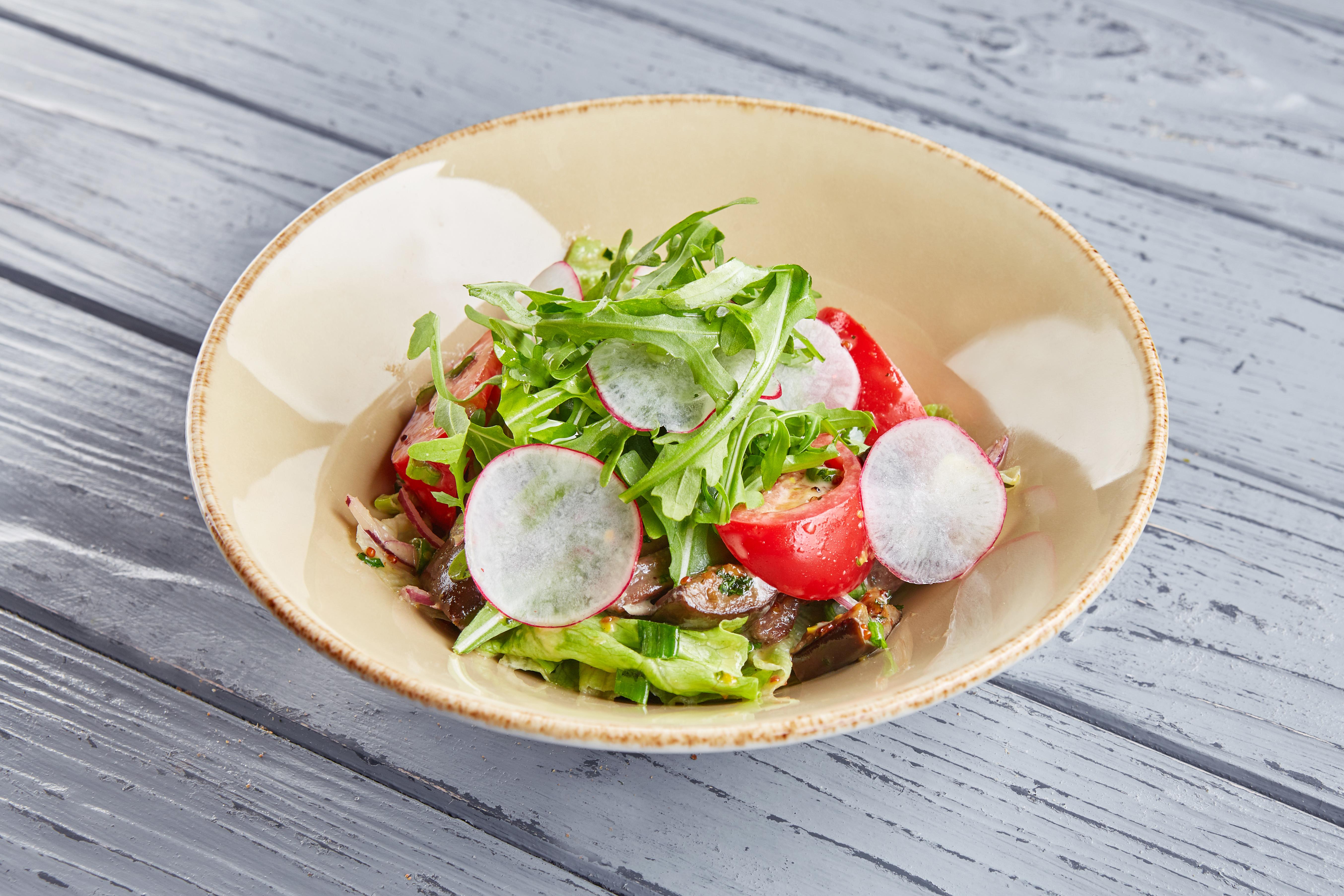 Теплый салат с телятиной, печеным баклажаном и медово-горчичным соусом