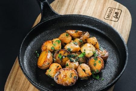 Жареный морской гребешок с чесноком и картофелем (Япония)