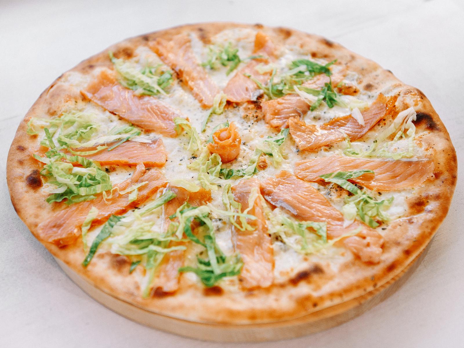 Пицца с копченым лососем