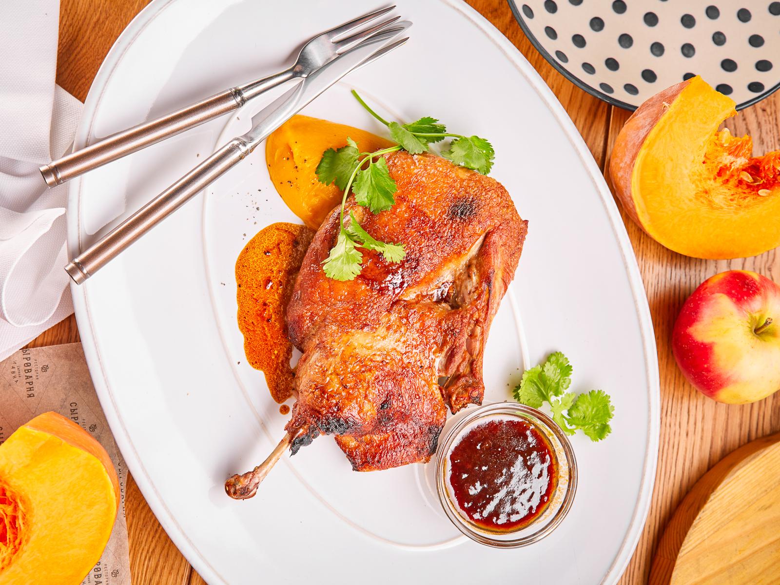 Запеченная утка с тыквенным пюре и брусничным соусом