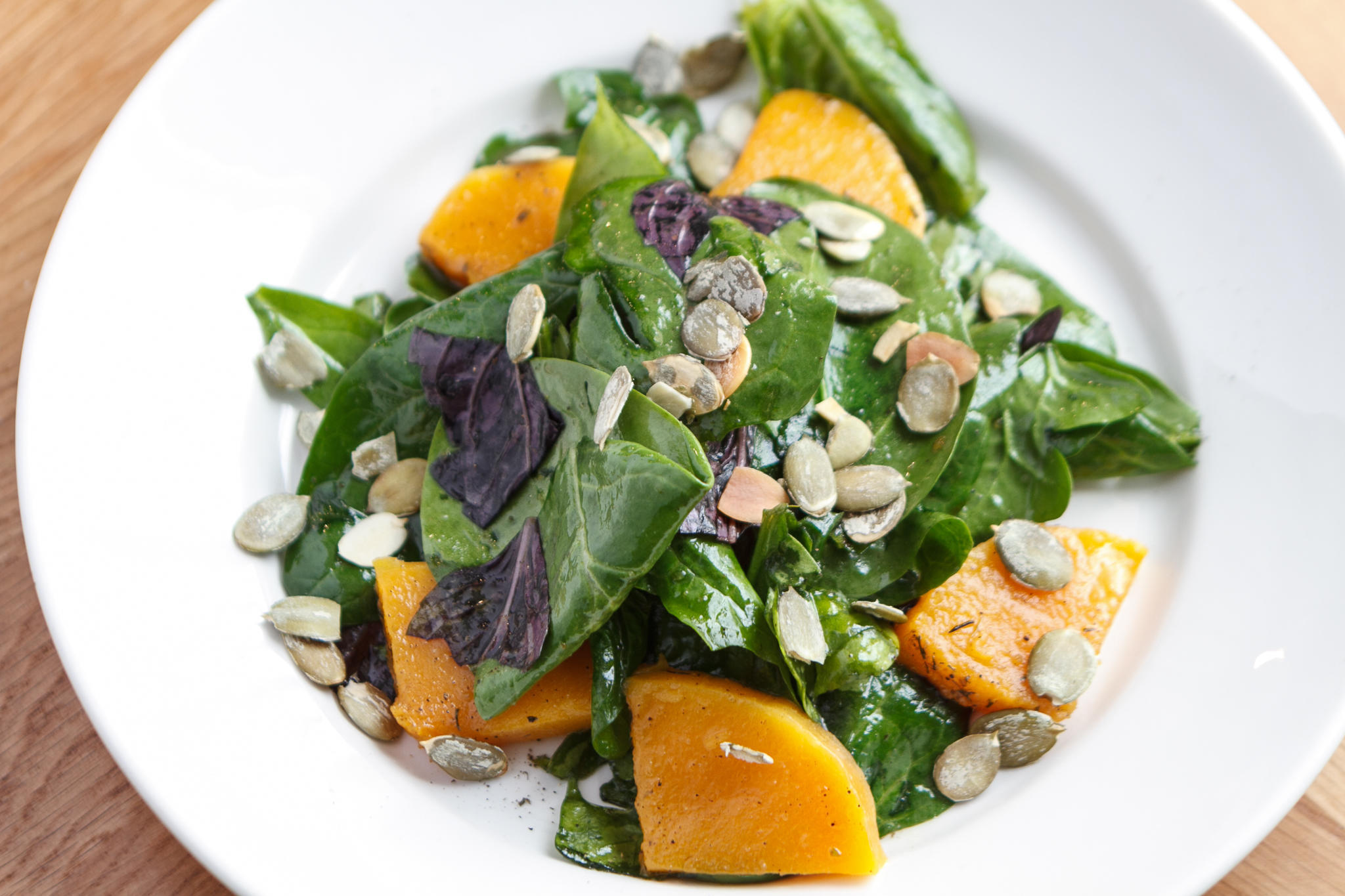 Салат со шпинатом, запечённой тыквой и семечками