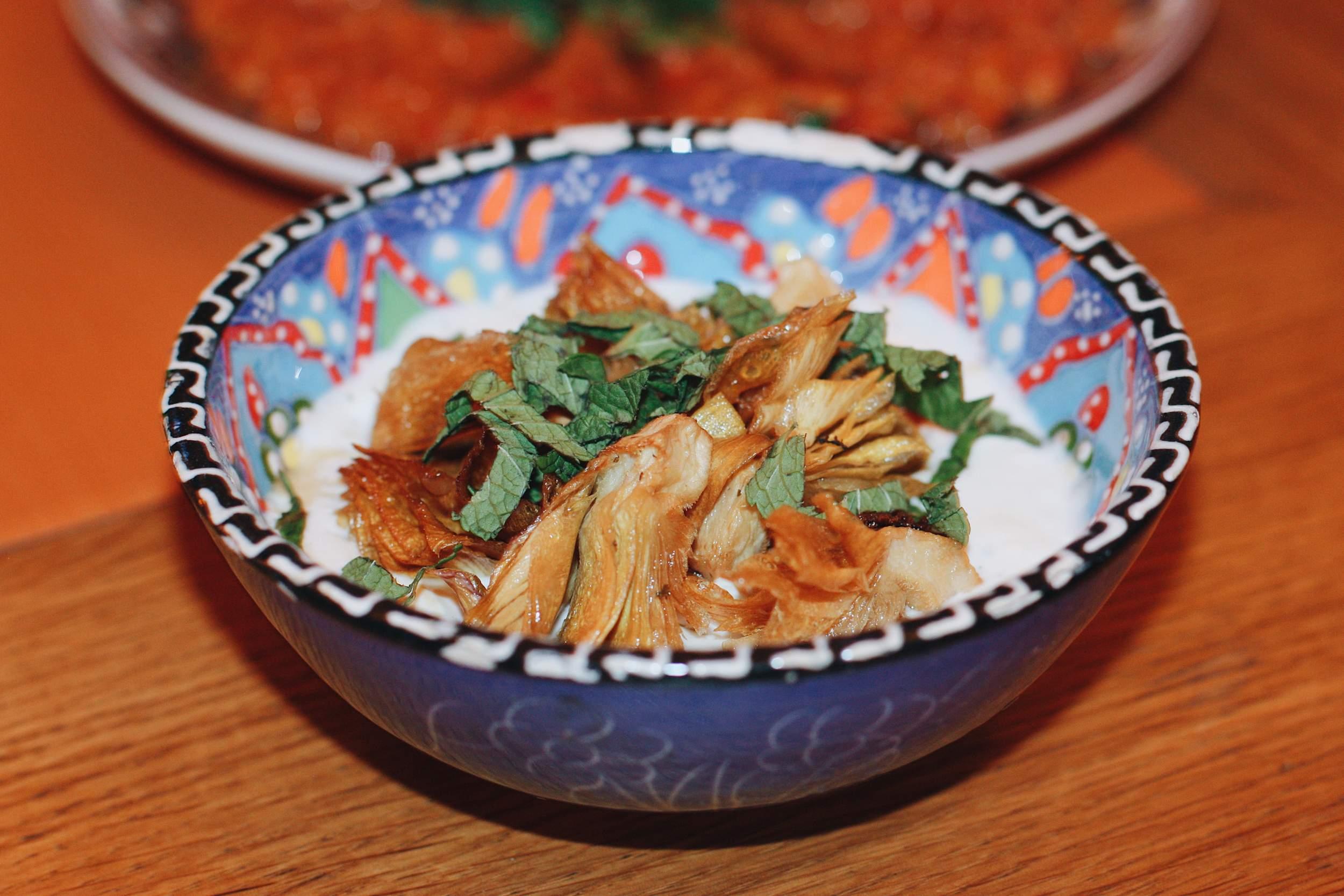 Хумус с артишоками и зеленью