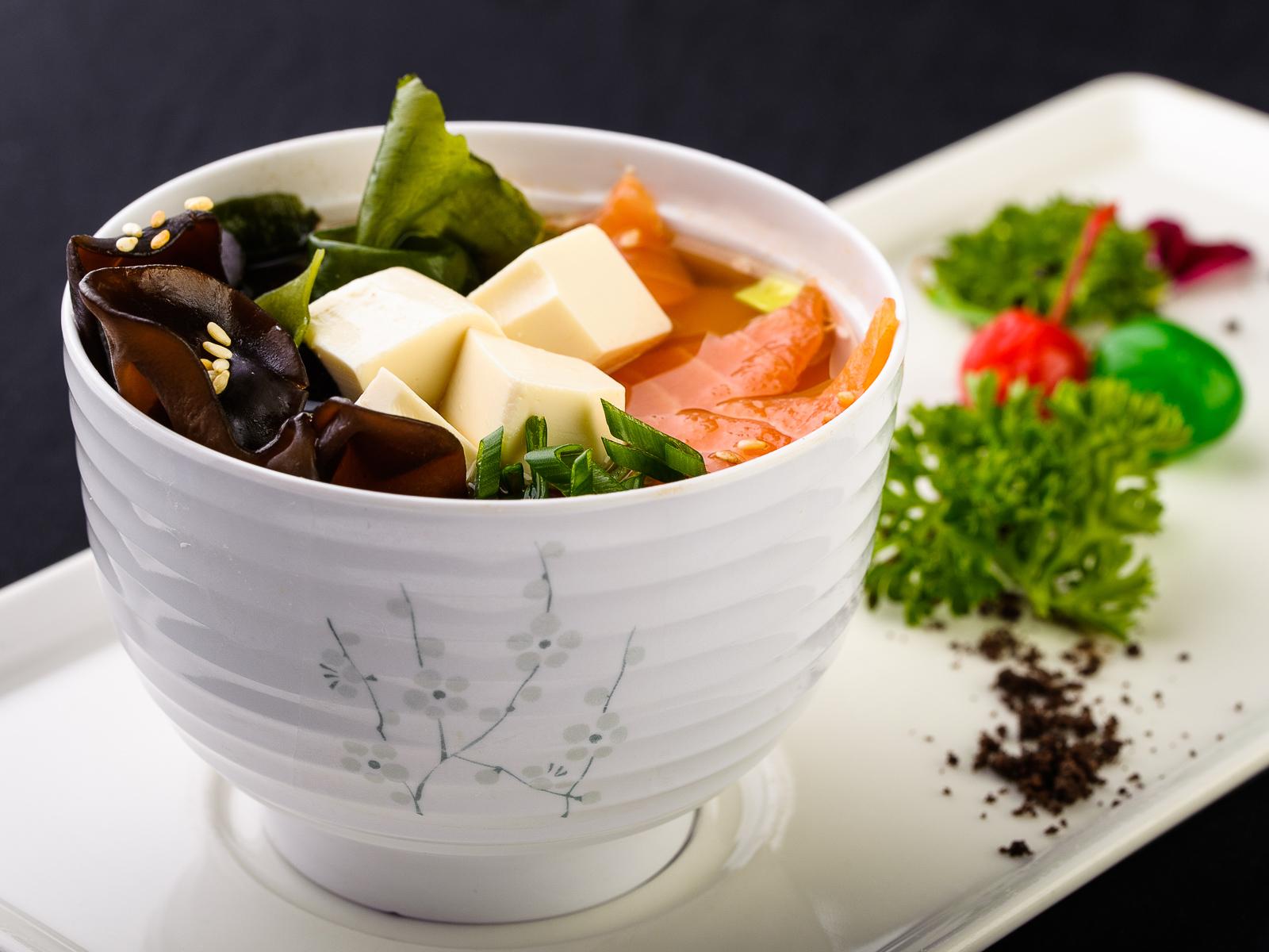 Мисо суп с лососем и вакаме