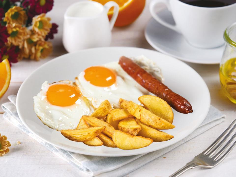Жареное яйцо+колбаска охотничья+картофель по-домашнему+напиток