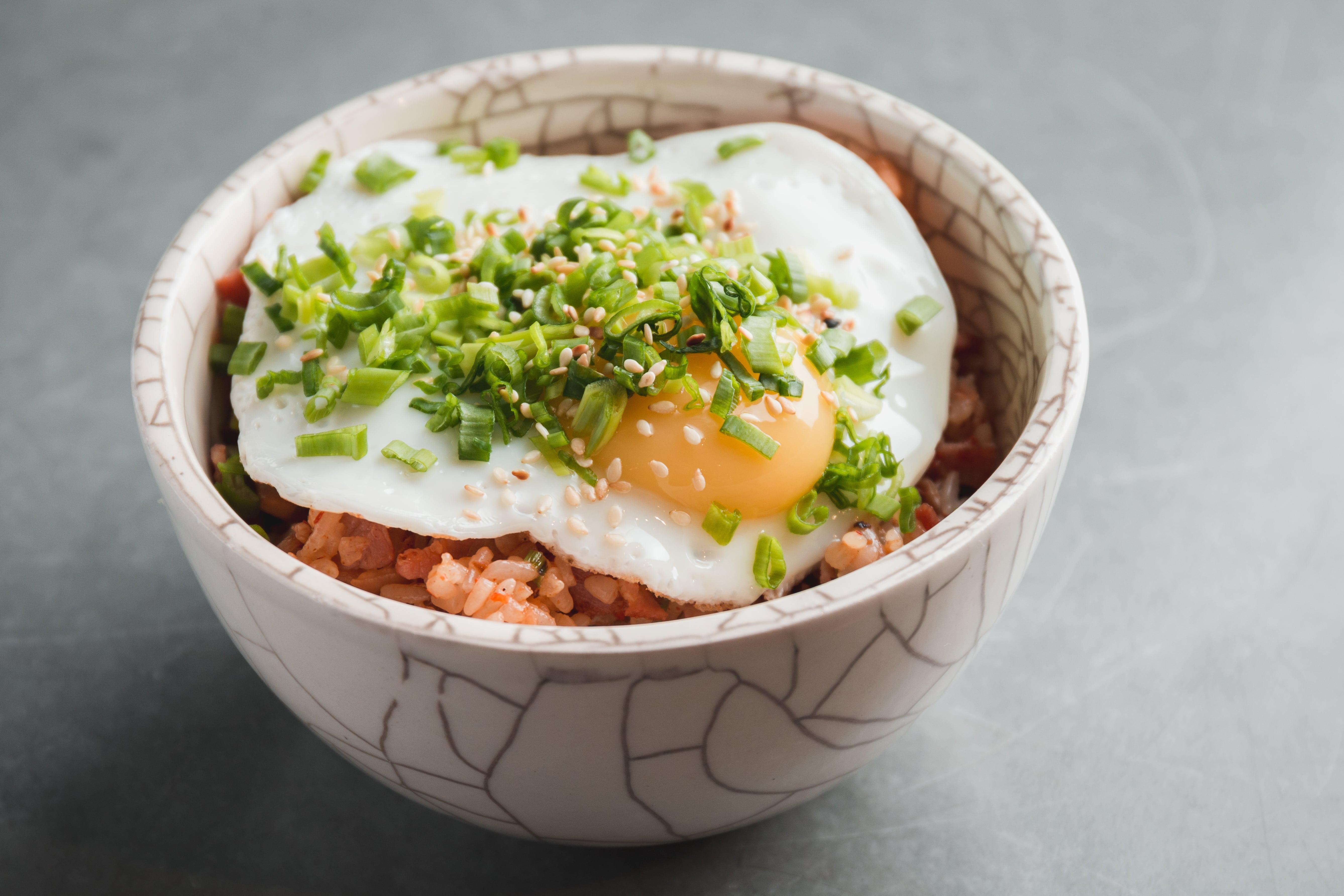 Рис с кимчи, жареное яйцо