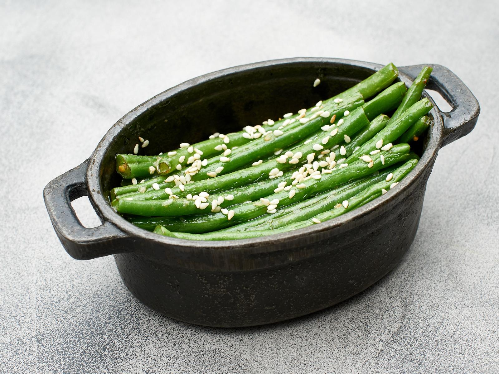 Молодая зеленая фасоль с чесноком и кунжутом