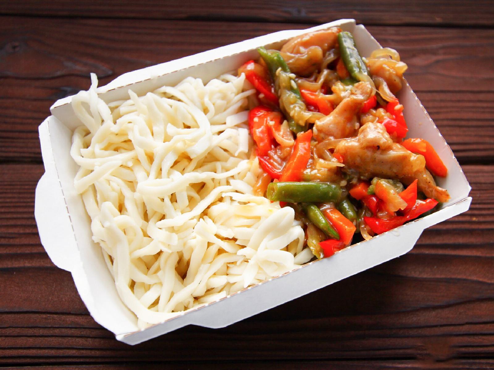 Курица в соусе терияки с овощами и лапшой удон