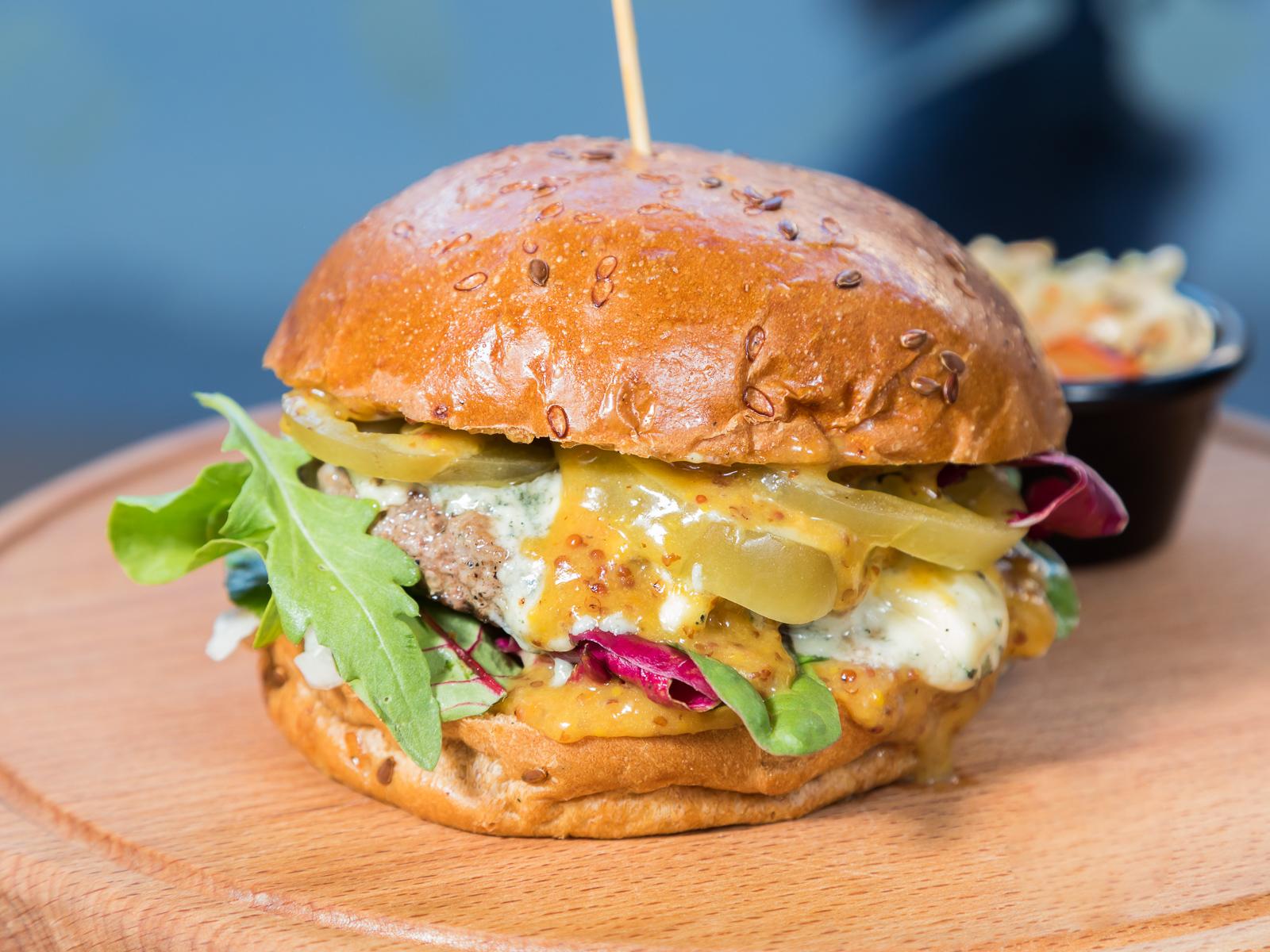 Бургер с голубым сыром и зелеными томатами