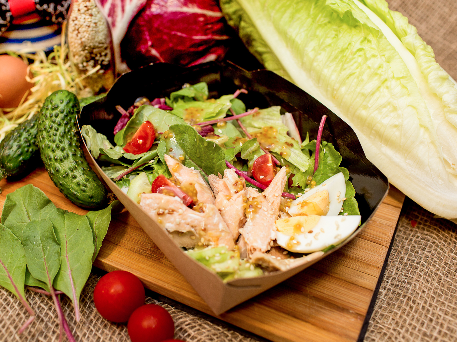 Салат с лососем и яйцом
