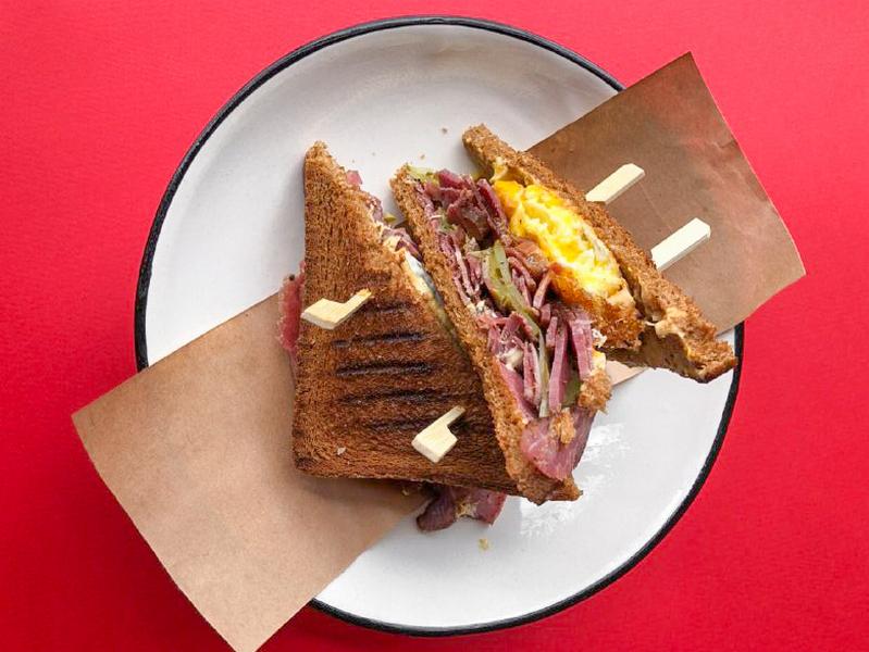 Сэндвич с пастрами и жареным яйцом пашот